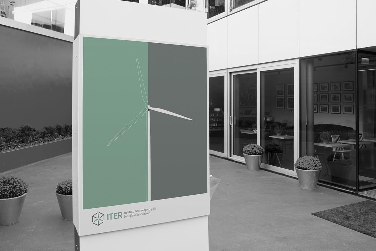 Expositor en columna con aerogenerador y la identidad del ITER